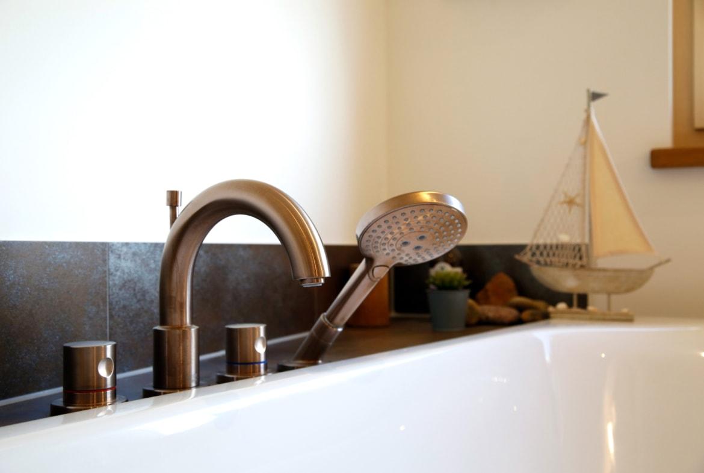 Moderne Armatur für die Badewanne - Haus Design innen modern Ideen Inneneinrichtung Baufritz ÖKOHAUS SCHELLENBERG - HausbauDirekt.de