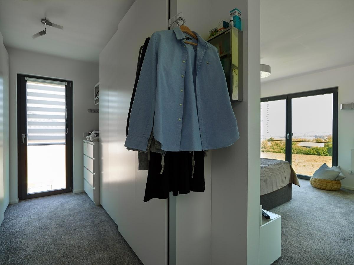 Ankleide mit Schlafzimmer - Ideen Inneneinrichtung Fertighaus Bungalow Marmilla von GUSSEK HAUS - HausbauDirekt.de
