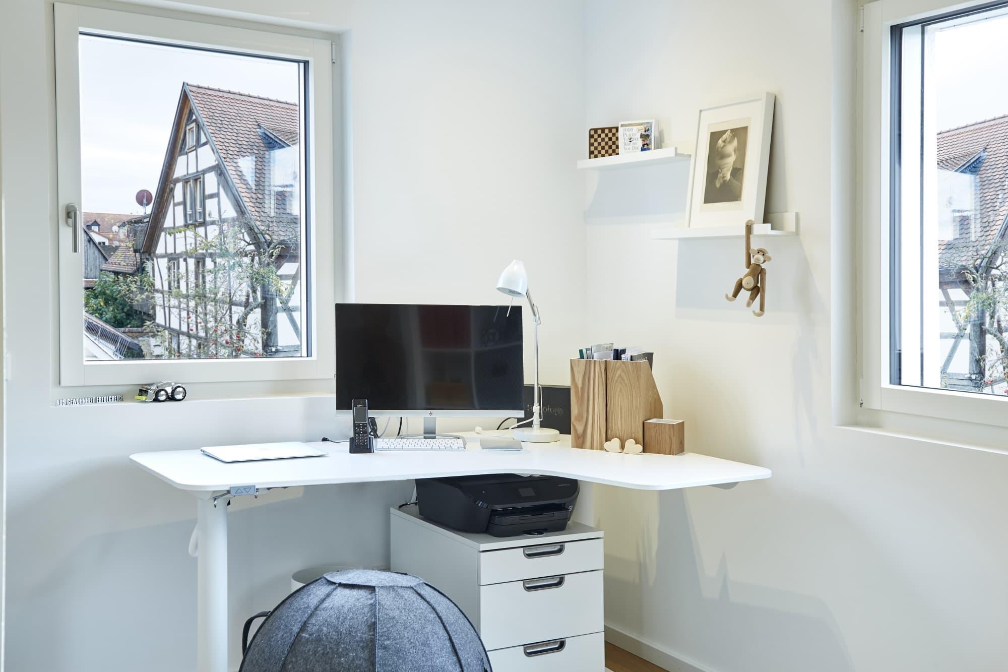 Arbeitszimmer mit kleinem Eckschreibtisch - Inneneinrichtung Haus Design Baufritz STADTHAUS EHRMANN - HausbauDirekt.de