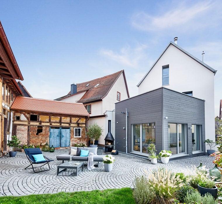 Modernes Architektenhaus mit Satteldach & Erker Anbau mit Holz Fassade - Fertighaus bauen Ideen ökologisches Baufritz Haus STADTHAUS EHRMANN - HausbauDirekt.de