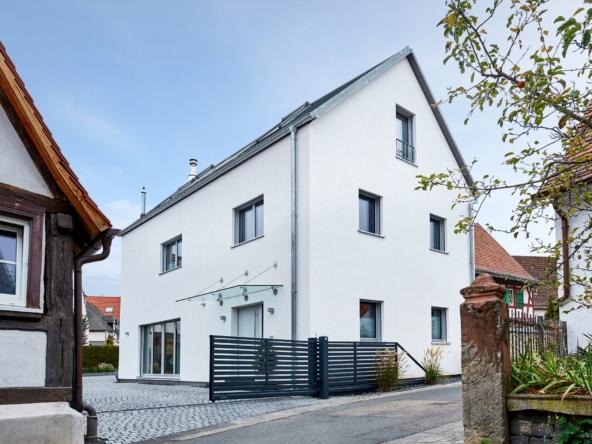 Modernes Architektenhaus mit Satteldach & Putz Fassade - Fertighaus bauen Ideen ökologisches Baufritz Haus STADTHAUS EHRMANN - HausbauDirekt.de