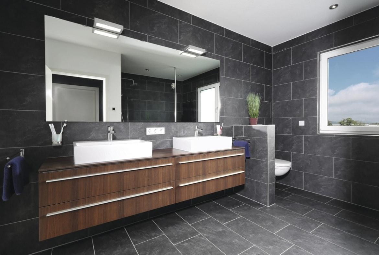 Badezimmer Fliesen Großformat grau - Haus Design Ideen innen Fertighaus Stadtvilla Inneneinrichtung City Life Kundenhaus von WeberHaus - HausbauDirekt.de