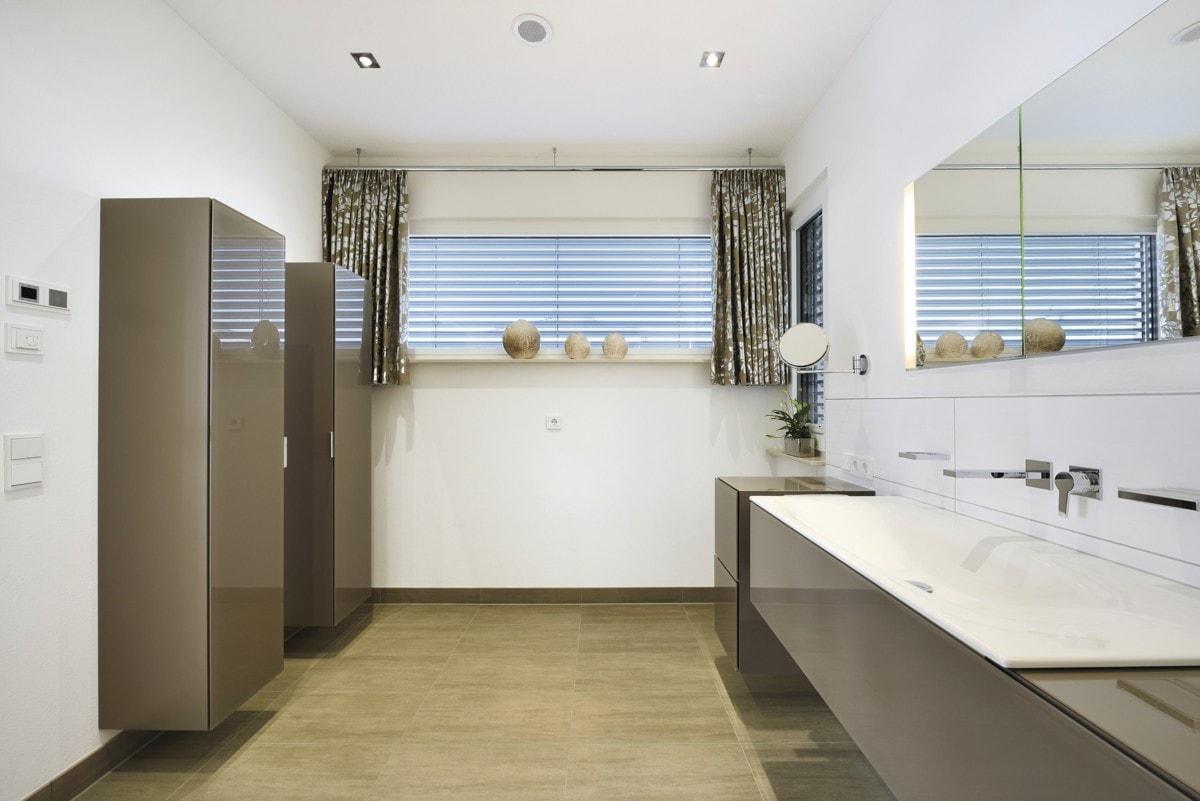 Badezimmer Möbel grau - Inneneinrichtung Fertighaus Bungalow ebenerdig bauen Haus Ideen WeberHaus Winkelbungalow in zeitlosem Design - HausbauDirekt.de
