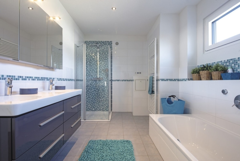 Badezimmer mit Mosaik Fliesen türkis - Haus Design innen Ideen Einrichtung WeberHaus Stadtvilla - HausbauDirekt.de