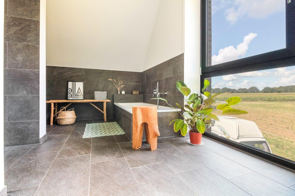 Badezimmer mit Badewanne & Fliesen halbhoch - Inneneinrichtung Haus Design Ideen innen Massivhaus Vario-Haus 160 von ECO System HAUS - HausbauDirekt.de