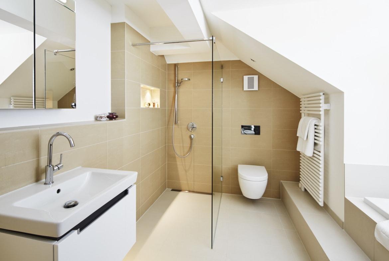 Badezimmer modern mit Dachshräge - Haus Design Inneneinrichtung Luxus Villa ATHERTON von Baufritz - HausbauDirekt.de