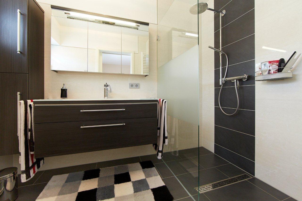 Badezimmer mit bodengleicher Dusche - Inneneinrichtung Ideen Fertighaus Bungalow Mayenne von GUSSEK HAUS - HausbauDirekt.de