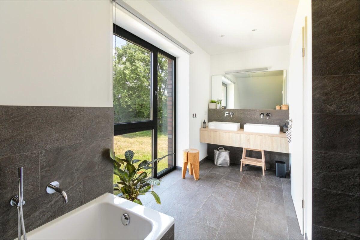 Badezimmer modern mit Doppelwaschtisch aus Holz - Inneneinrichtung Haus Design Ideen innen Massivhaus Vario-Haus 160 von ECO System HAUS - HausbauDirekt.de