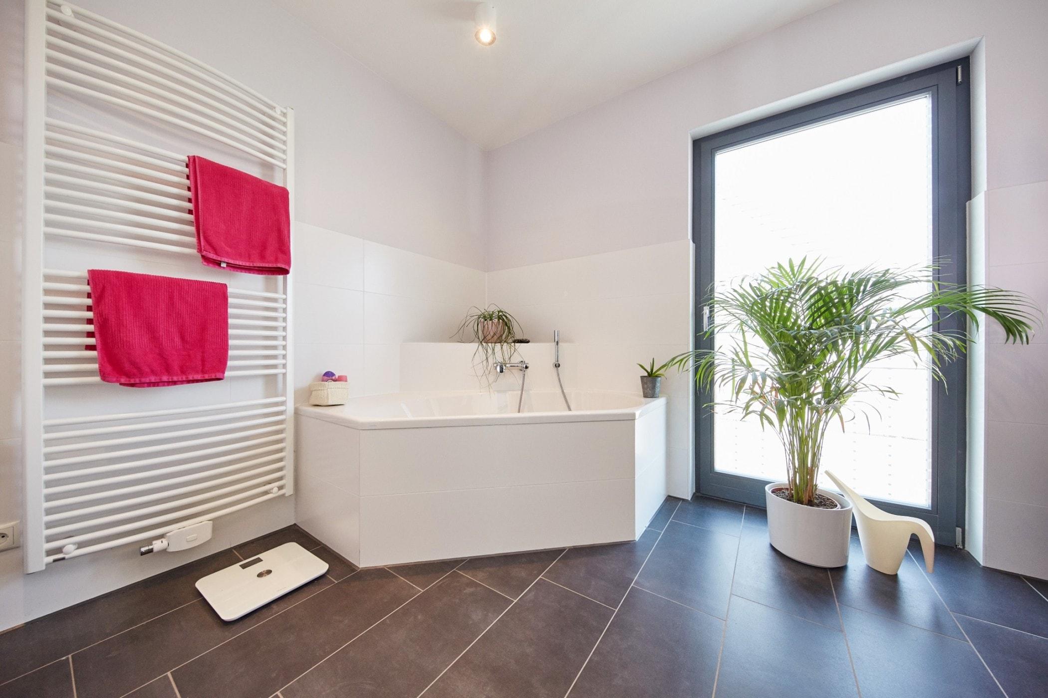 Badezimmer mit Eckbadewanne - Inneneinrichtung Ideen Fertighaus Bungalow GUSSEK HAUS Salamanca - HausbauDirekt.de