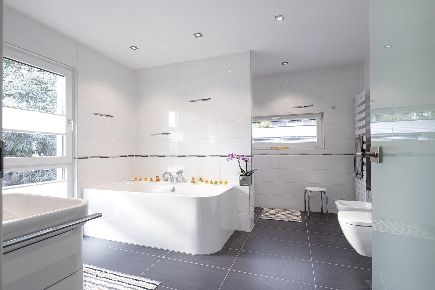 Modernes Badezimmer mit Badewanne - Stadtvilla Inneneinrichtung Haus Ideen Fertighaus CityLife WeberHaus - HausbauDirekt.de