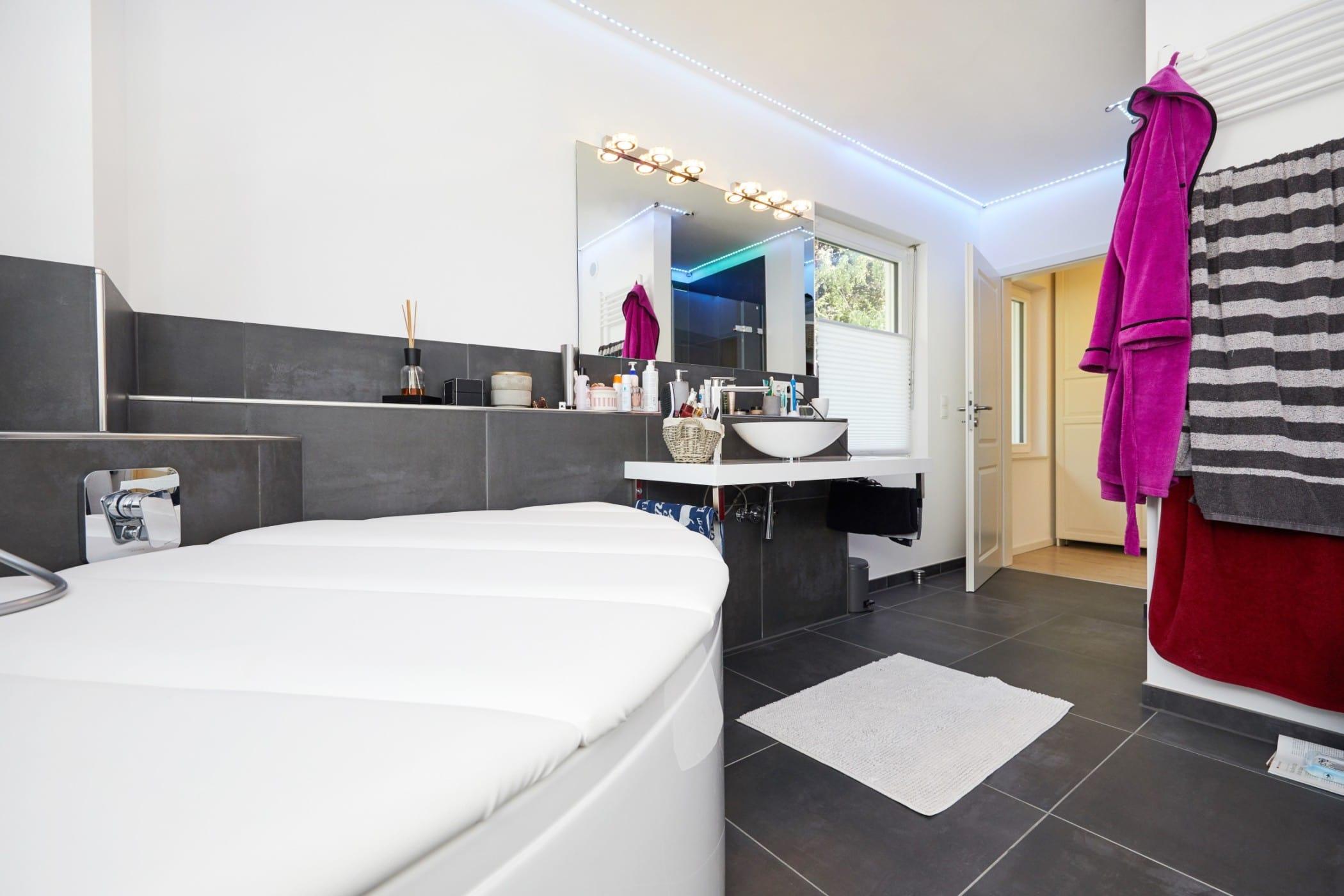 Badezimmer modern mit großen Fliesen grau - Inneneinrichtung Ideen Fertighaus Verona von GUSSEK Haus - HausbauDirekt.de