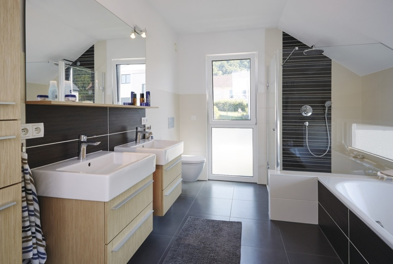 Modernes Badezimmer mit Dachschräge - Inneneinrichtung Haus bauen Design Ideen innen WeberHaus Fertighaus Sunshine 310 - HausbauDirekt.de