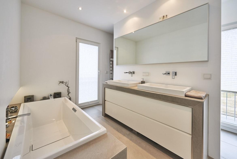 Badezimmer modern mit Raumteiler gemauert - - Fertighaus Design Ideen Inneneinrichtung Modernes Pultdach Haus von WeberHaus - HausbauDirekt.de