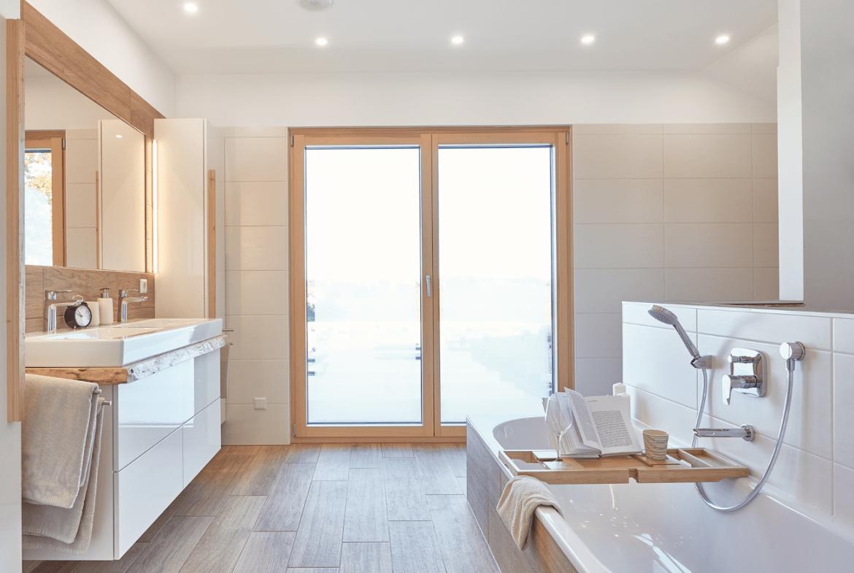Badezimmer modern mit Holzfliesen - Haus Design Ideen innen Modernes Landhaus WeberHaus Fertighaus - HausbauDirekt.de