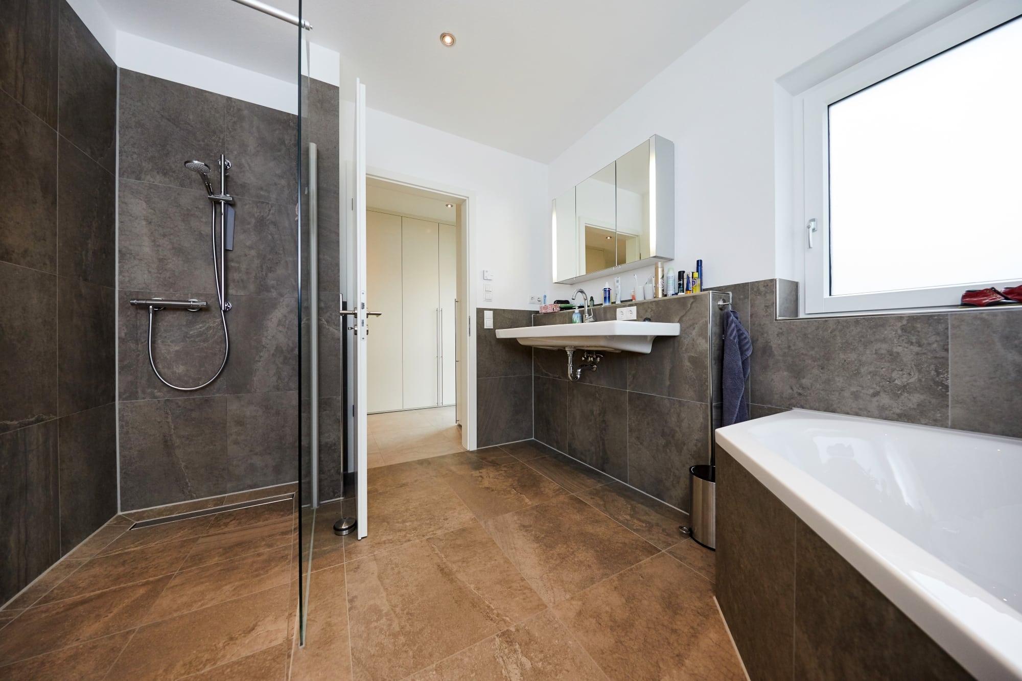 Badezimmer mit bodengleiche Dusche - Ideen Inneneinrichtung Doppelhaushälfte Monza von GUSSEK HAUS - HausbauDirekt.de