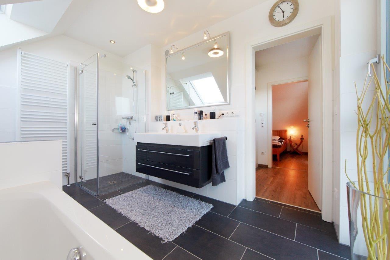 Badezimmer modern schwarz/ weiß mit begehbare Dusche - Ideen Einrichtung Fertighaus Kiefernallee Variante 1 von GUSSEK HAUS - HausbauDirekt.de