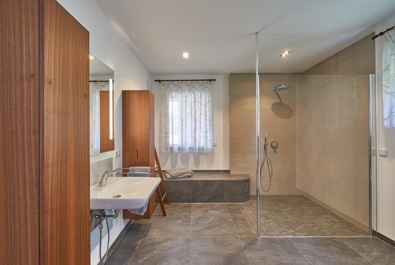 Badezimmer rollstuhlgerecht mit ebenerdiger Dusche - Haus Design innen Holzhaus Baufritz ÖKOHAUS SCHWEIGER - HausbauDirekt.de