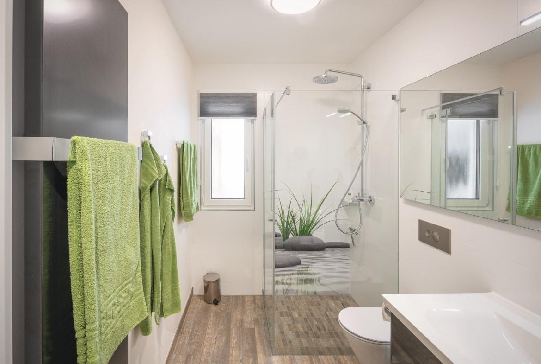 Badezimmer barrierefrei mit ebenerdiger Dusche - Inneneinrichtung Haus Design Ideen innen - Fertighaus Bungalow WeberHaus - HausbauDirekt.de