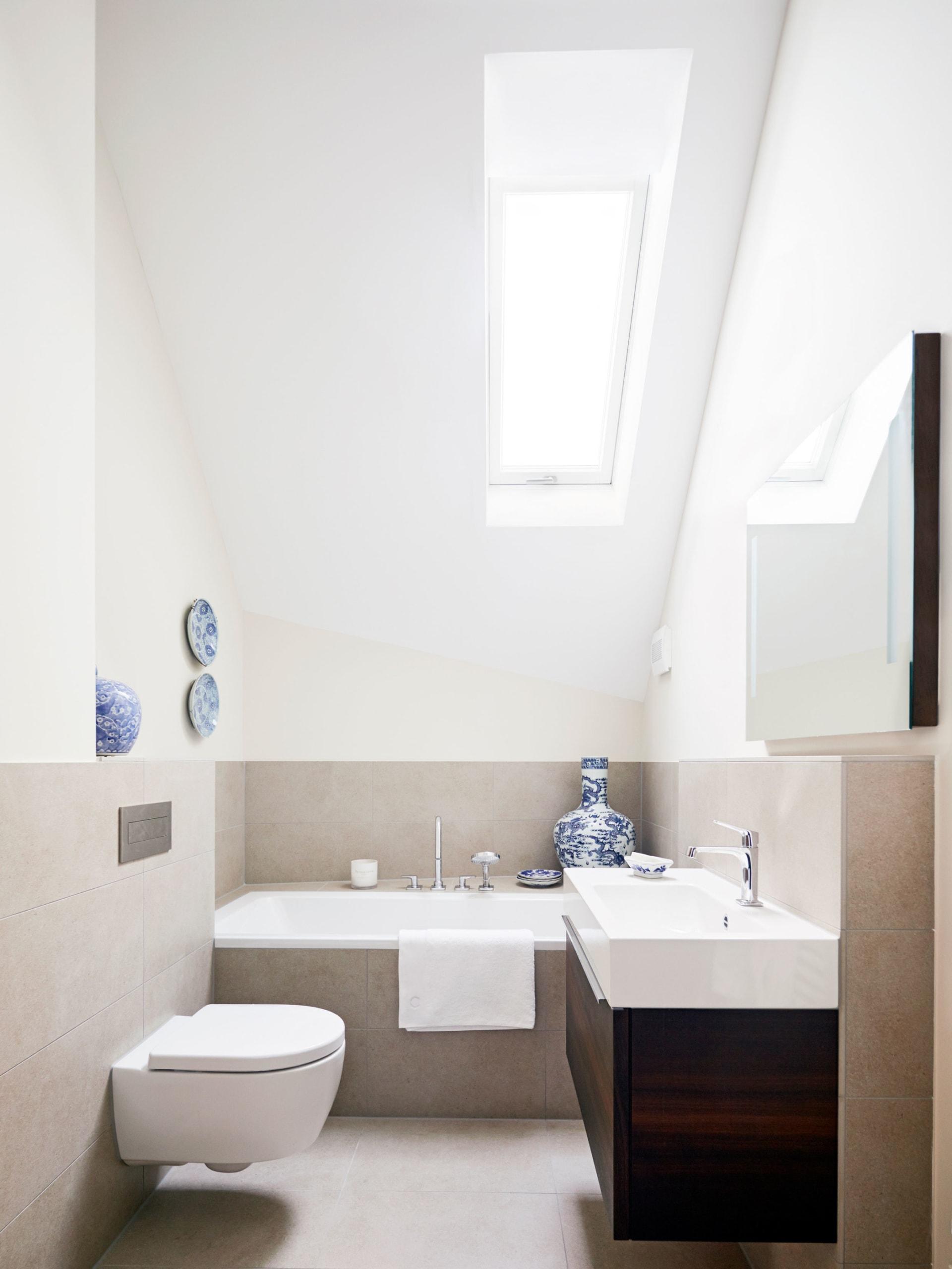 Badezimmer modern mit Badewanne unter Dachschräge - Inneneinrichtung Haus Design Ideen innen Baufritz Landhaus LLOYD WEBBER - HausbauDirekt.de