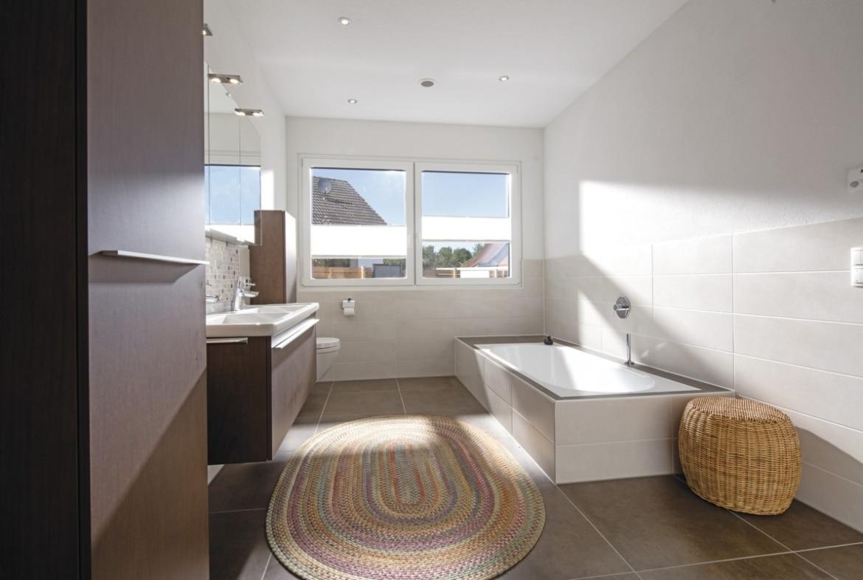 Badezimmer modern mit großen Fliesen und Badewanne - Haus Design innen Ideen Einrichtung WeberHaus Stadtvilla - HausbauDirekt.de