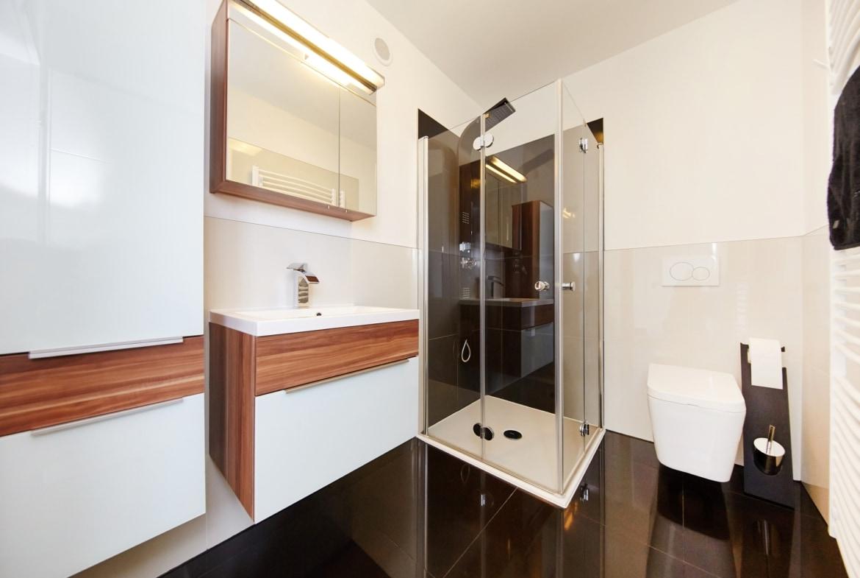 Luxus Badezimmer mit bodengleicher Dusche - Ideen Einrichtung Fertighaus Bungalow GUSSEK HAUS Venetien - HausbauDirekt.de