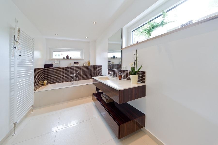 Badezimmer modern mit Mosaik Fliesen, Doppelwaschbecken und Badewanne mit Oberlicht - Ideen Inneneinrichtung Stadtvilla Santa Monica von GUSSEK HAUS - HausbauDirekt.de