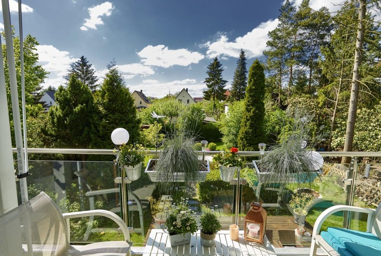 Balkon mit Balkongeländer aus Glas & Balkonkasten - Ideen Fertighaus Verona von GUSSEK Haus - HausbauDirekt.de