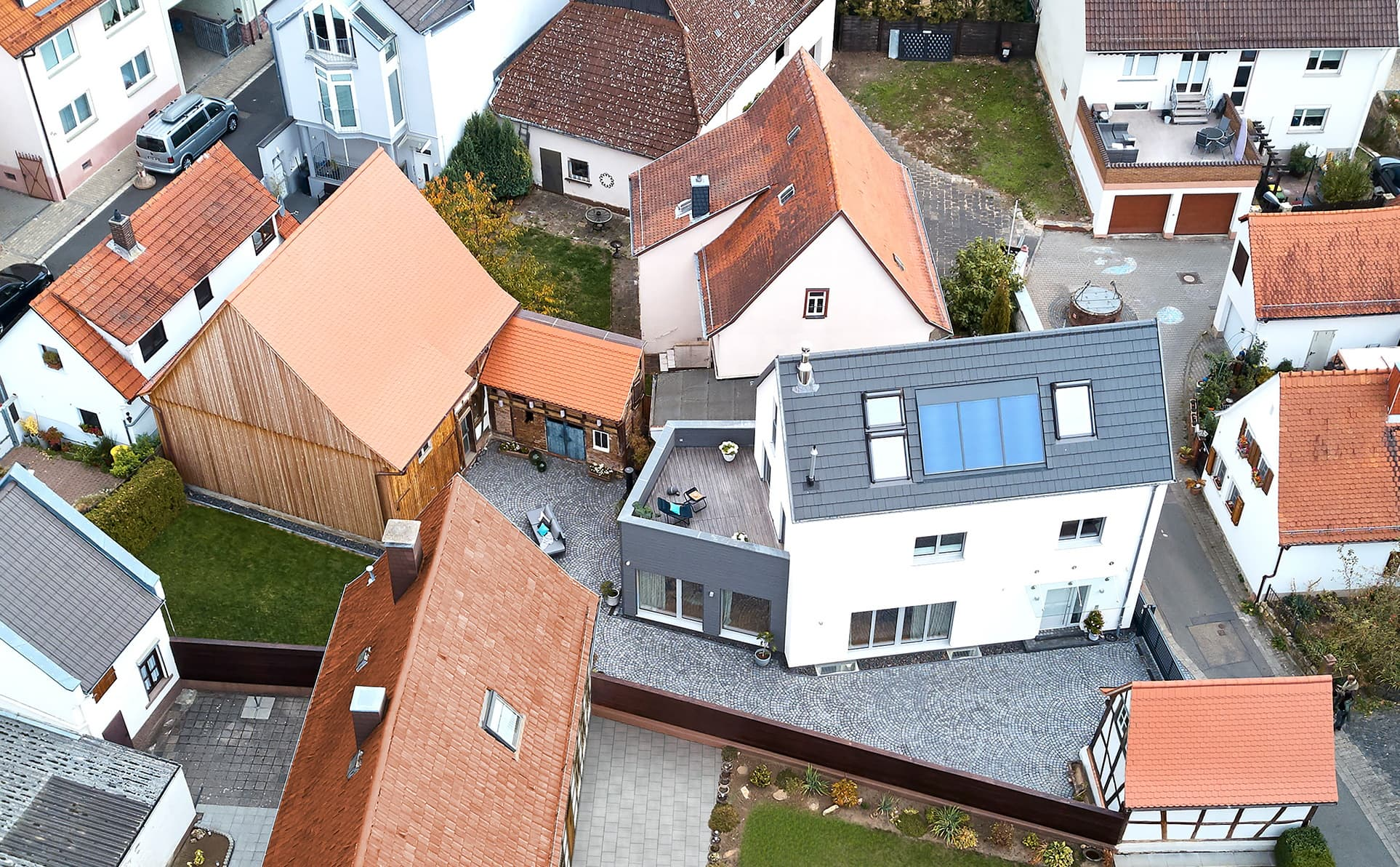 Einfamilienhaus Neubau mit Satteldach & Erker Anbau mit Dachterrasse - Fertighaus bauen Ideen ökologisches Baufritz Haus STADTHAUS EHRMANN - HausbauDirekt.de