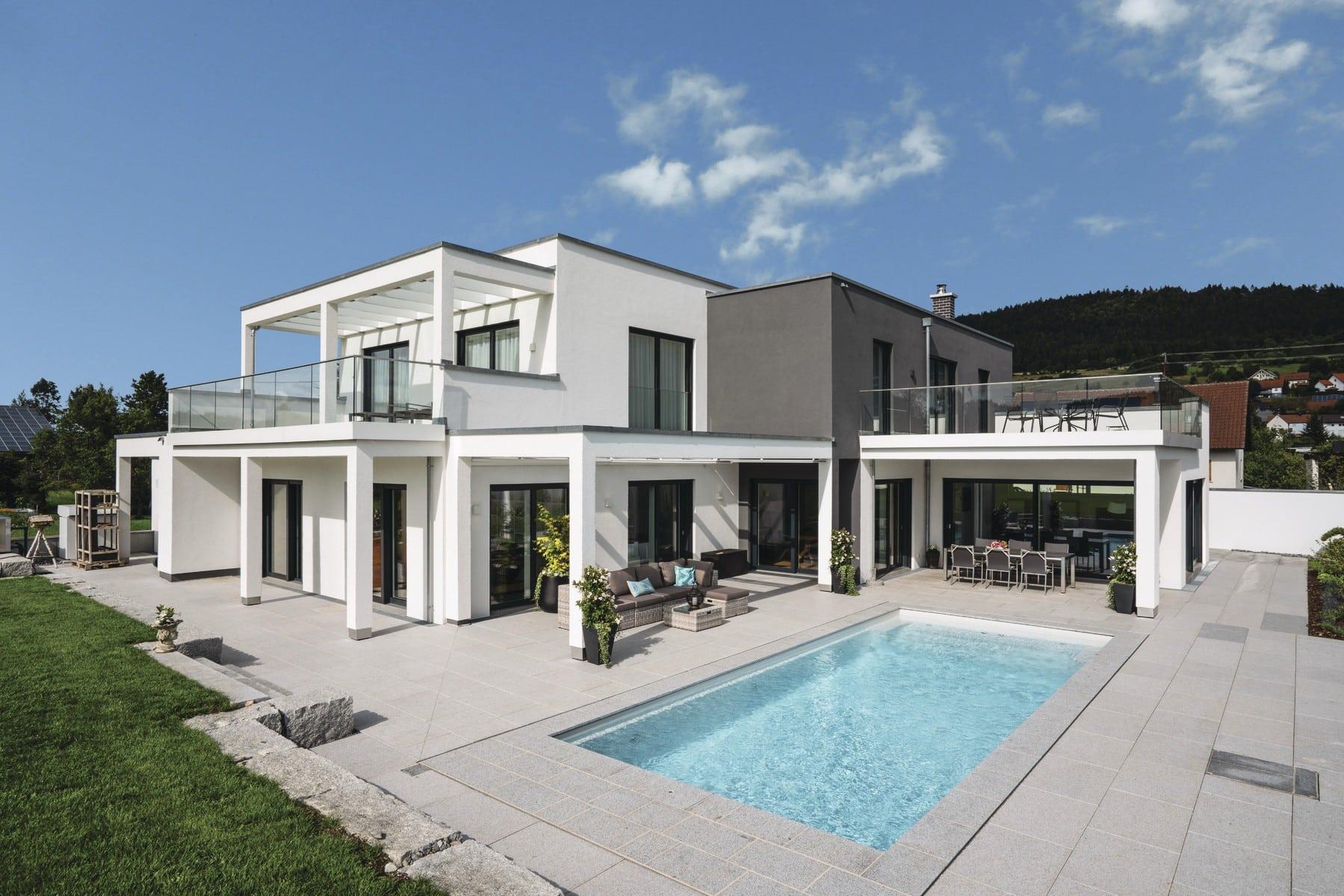 Einfamilienhaus modern mit Flachdach, Balkon und Pool Terrasse bauen - Haus Ideen Bauhaus Villa WeberHaus Fertighaus - HausbauDirekt.de