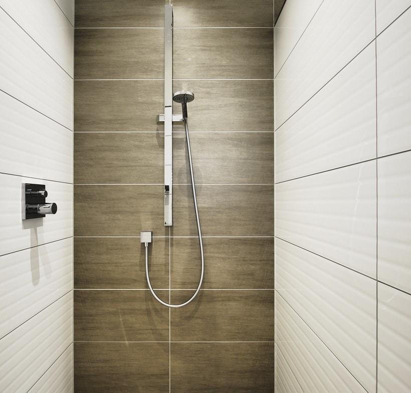 Bodengleiche Dusche modern mit großen Fliesen - Inneneinrichtung Fertighaus Bungalow ebenerdig bauen Haus Ideen WeberHaus Winkelbungalow in zeitlosem Design - HausbauDirekt.de