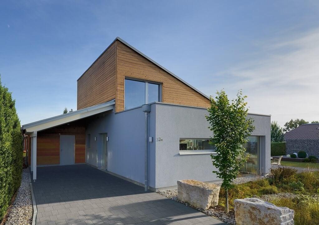 Fertighaus Bungalow modern mit Pultdach, Carport & Holz Putz Fassade bauen - Holzhaus Ideen Einfamilienhaus Bungalow Ederer von Baufritz - HausbauDirekt.de
