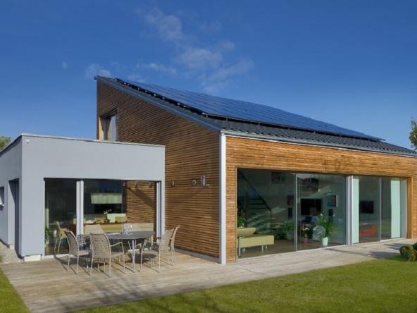 Fertighaus Bungalow modern mit Pultdach & Holz Putz Fassade bauen - Holzhaus Ideen Bungalow Ederer von Baufritz - HausbauDirekt.de