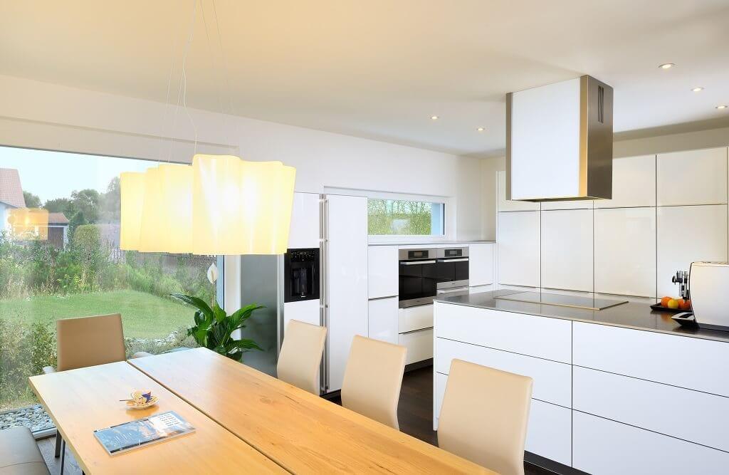 Küche modern offen, minimalistisch & weiss - Inneneinrichtung Haus Design Ideen Bungalow Ederer von Baufritz - HausbauDirekt.de