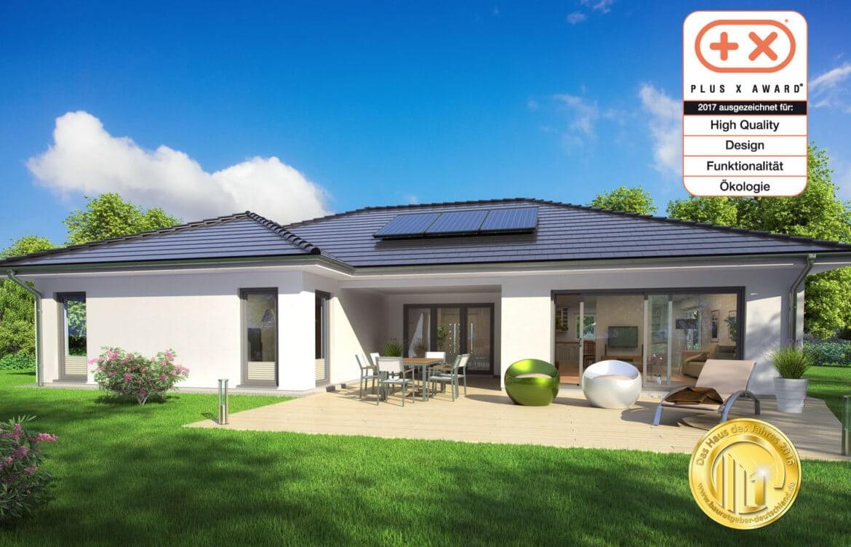 Winkelbungalow modern mit Walmdach & Loggia Terrasse, 4 Zimmer, 160 qm - Einfamilienhaus ebenerdig bauen Ideen ScanHaus Marlow Fertighaus Bungalow SH 169 WB - HausbauDirekt.de