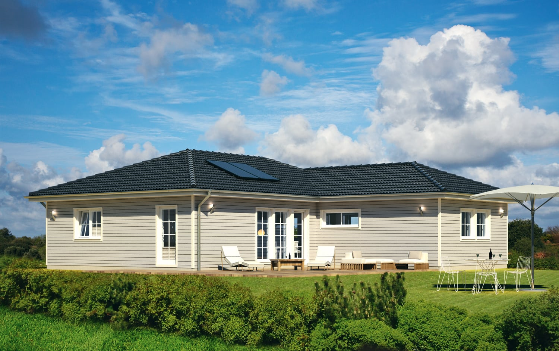 Fertighaus Bungalow skandinavisch mit Walmdach Architektur & Holz Fassade grau - Winkelbungalow schlüsselfertig bauen Ideen ScanHaus Marlow Haus SH 115 WB XXL Varianta A - HausbauDirekt.de