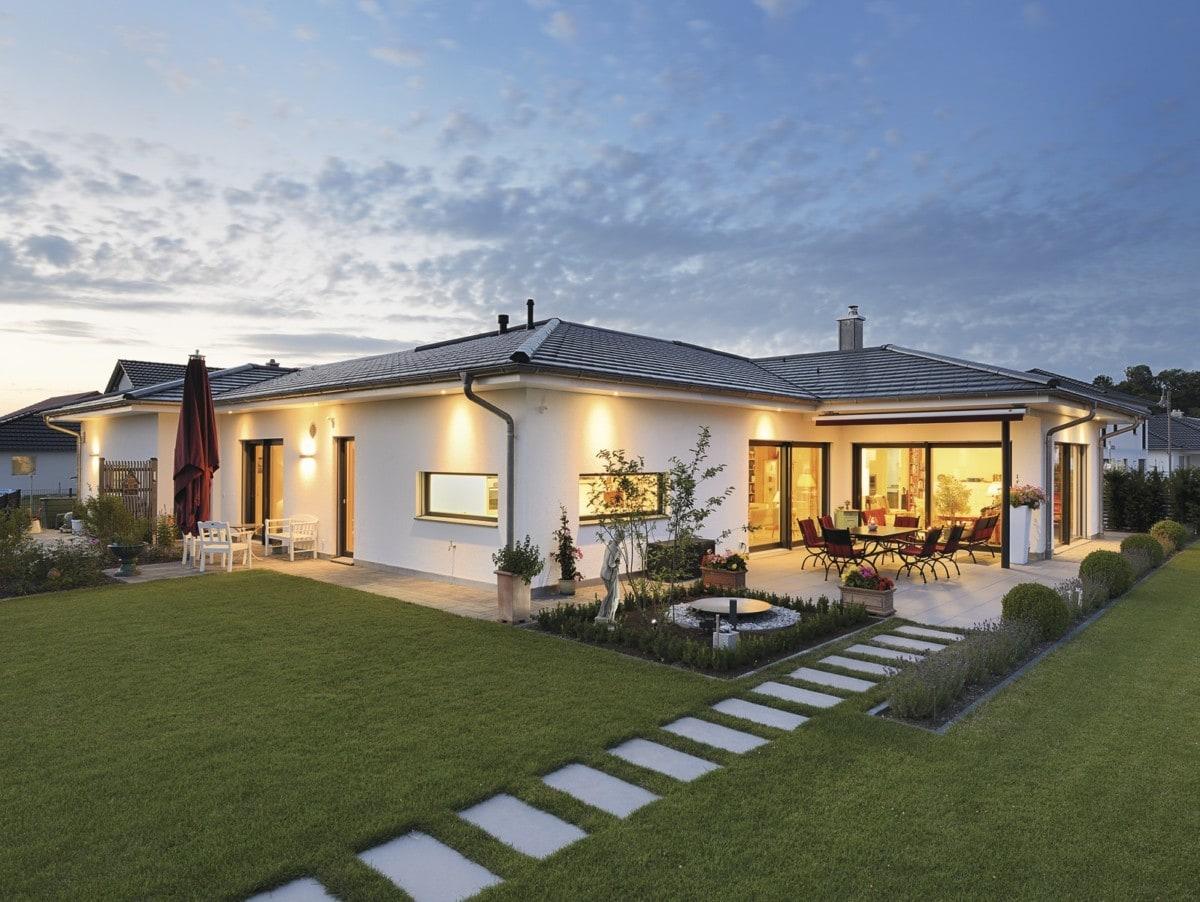 Fertighaus Bungalow mit Garage & Walmdach - Haus ebenerdig bauen Ideen WeberHaus Winkelbungalow in zeitlosem Design - HausbauDirekt.de