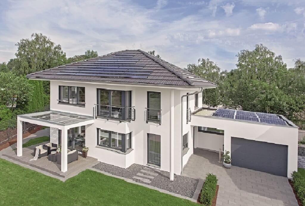 Neubau Stadtvilla mit Garage, Walmdach & Pergola - Fertighaus bauen Ideen WeberHaus City-Life Haus 250 - HausbauDirekt.de
