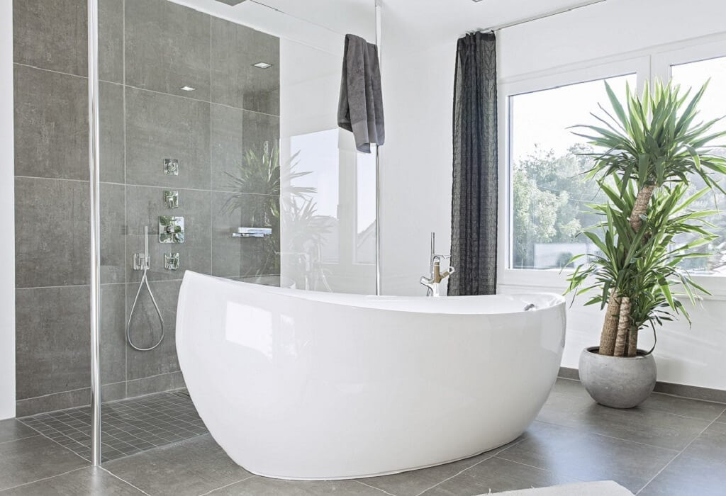 Badezimmer Ideen mit Badewanne freistehend - Stadtvilla Inneneinrichtung WeberHaus Fertighaus City-Life Haus 250 - HausbauDirekt.de