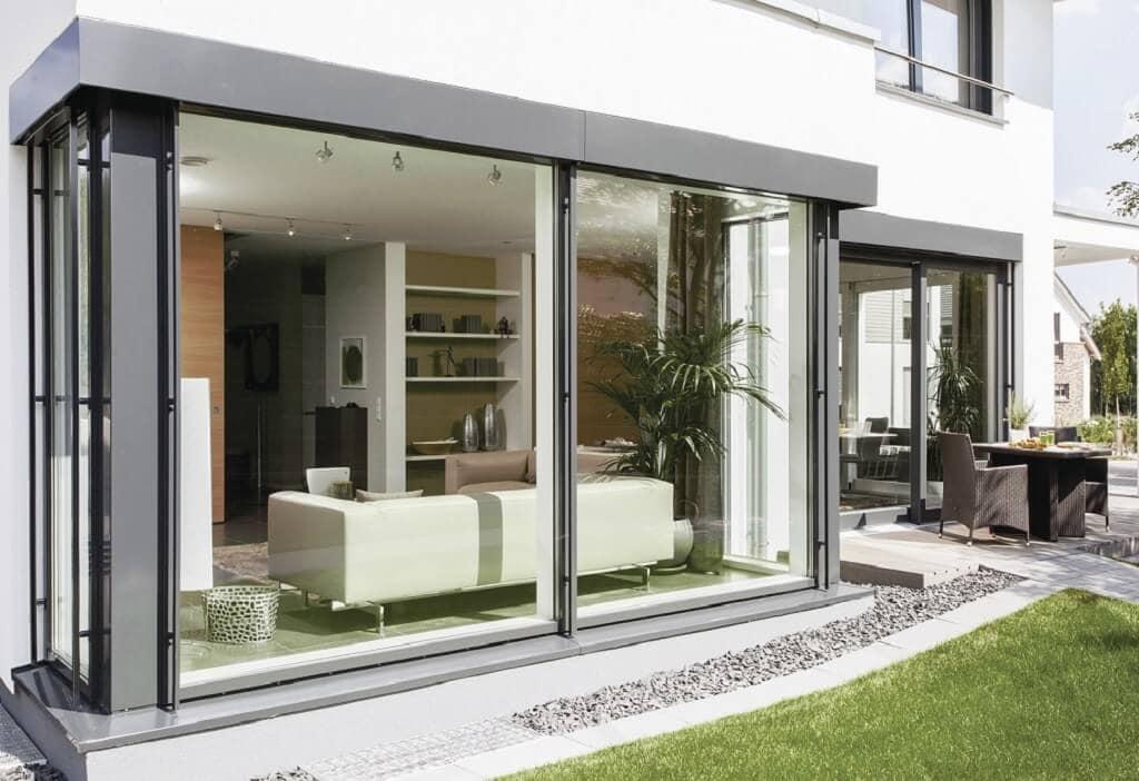 Erker mit bodentiefen Fenstern - Architektur Detail Fassade Stadtvilla WeberHaus Fertighaus City-Life Haus 250 - HausbauDirekt.de