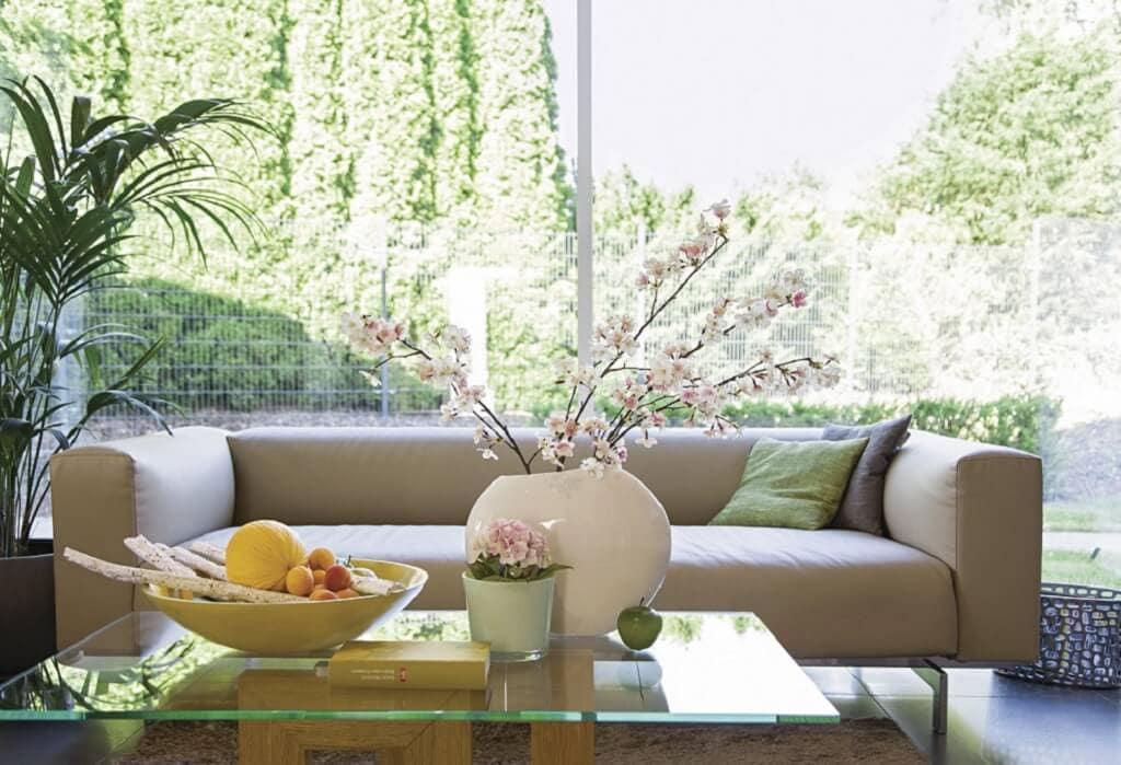 Sofa mit Couchtisch aus Glas - Stadtvilla Inneneinrichtung WeberHaus Fertighaus City-Life Haus 250 - HausbauDirekt.de