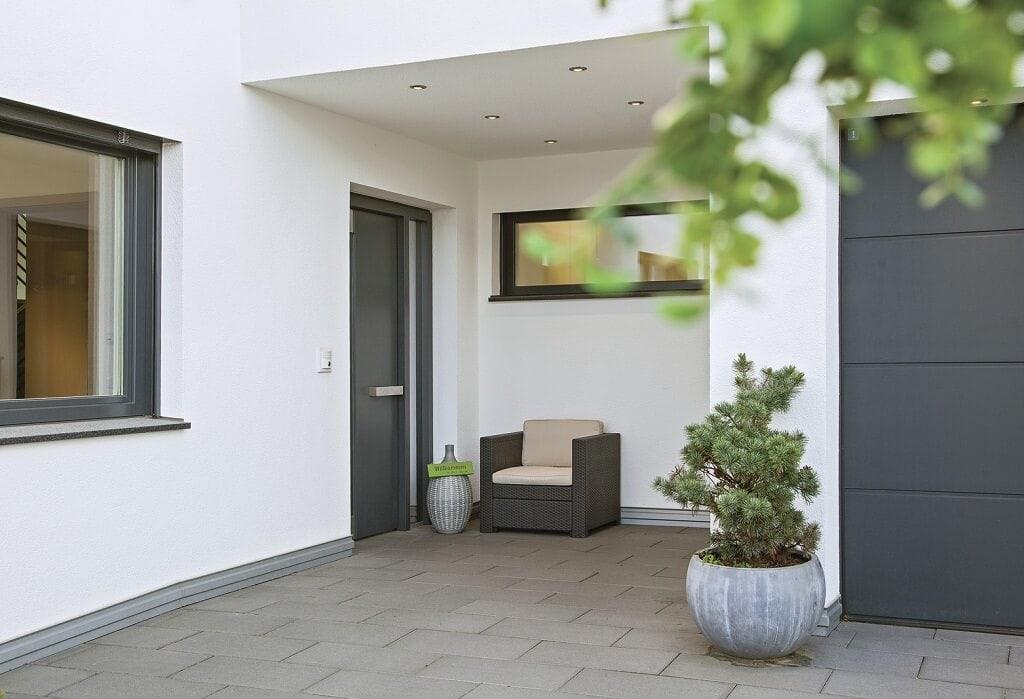 Hauseingang überdacht - Architektur Detail Stadtvilla WeberHaus Fertighaus City-Life Haus 250 - HausbauDirekt.de