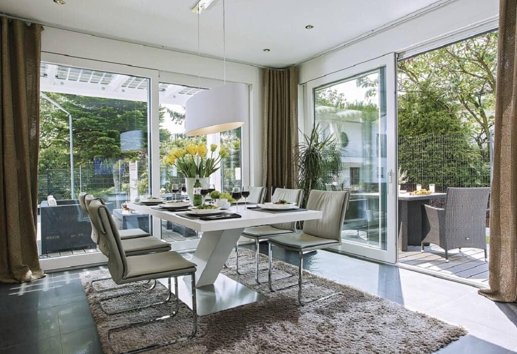 Esszimmer mit Terrasse - Inneneinrichtung Ideen Stadtvilla WeberHaus Fertighaus City-Life Haus 250 - HausbauDirekt.de