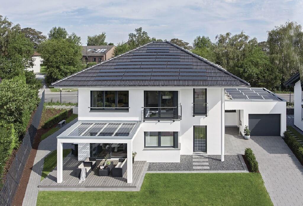 Stadtvilla modern mit Garage, Walmdach & Pergola - Fertighaus bauen Ideen WeberHaus City-Life Haus 250 - HausbauDirekt.de