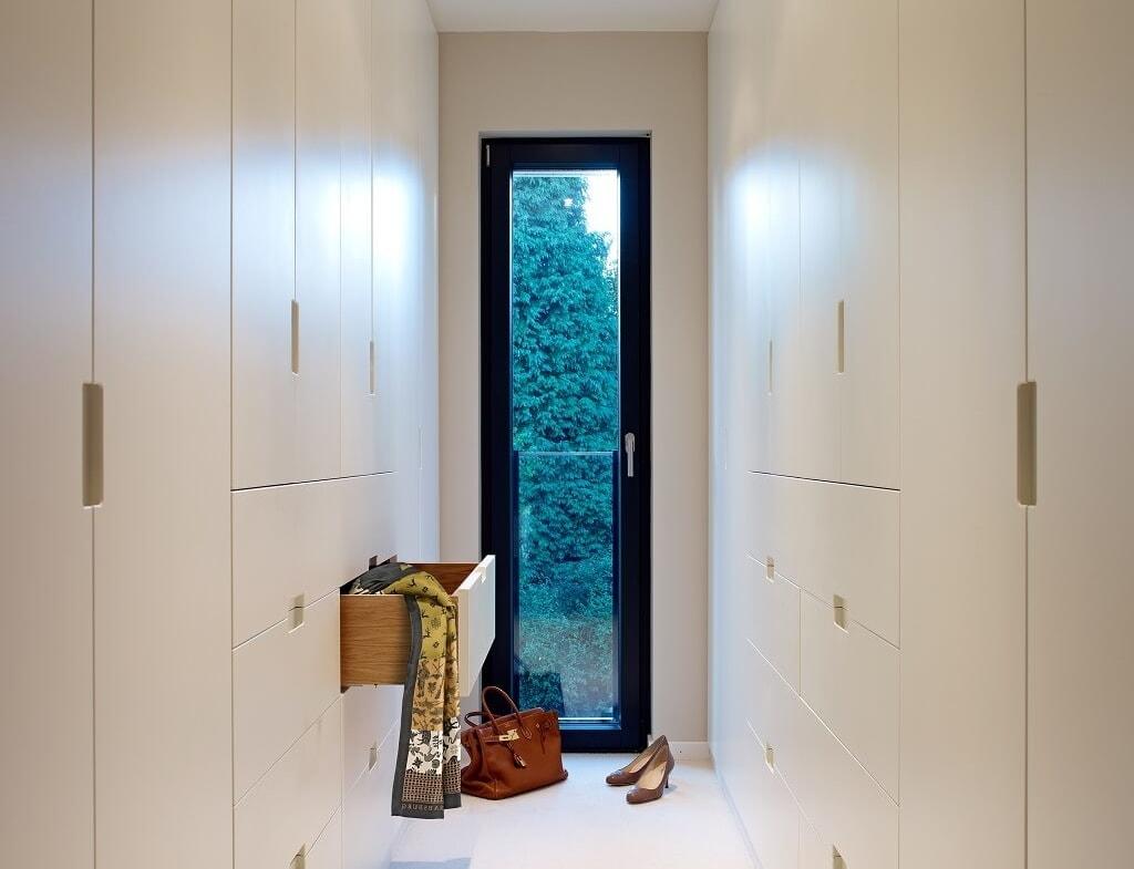 Ankleide modern Schränke minimalistisch & weiss - Haus Design Ideen Inneneinrichtung Fertighaus Villa Crichton von Baufritz - HausbauDirekt.de