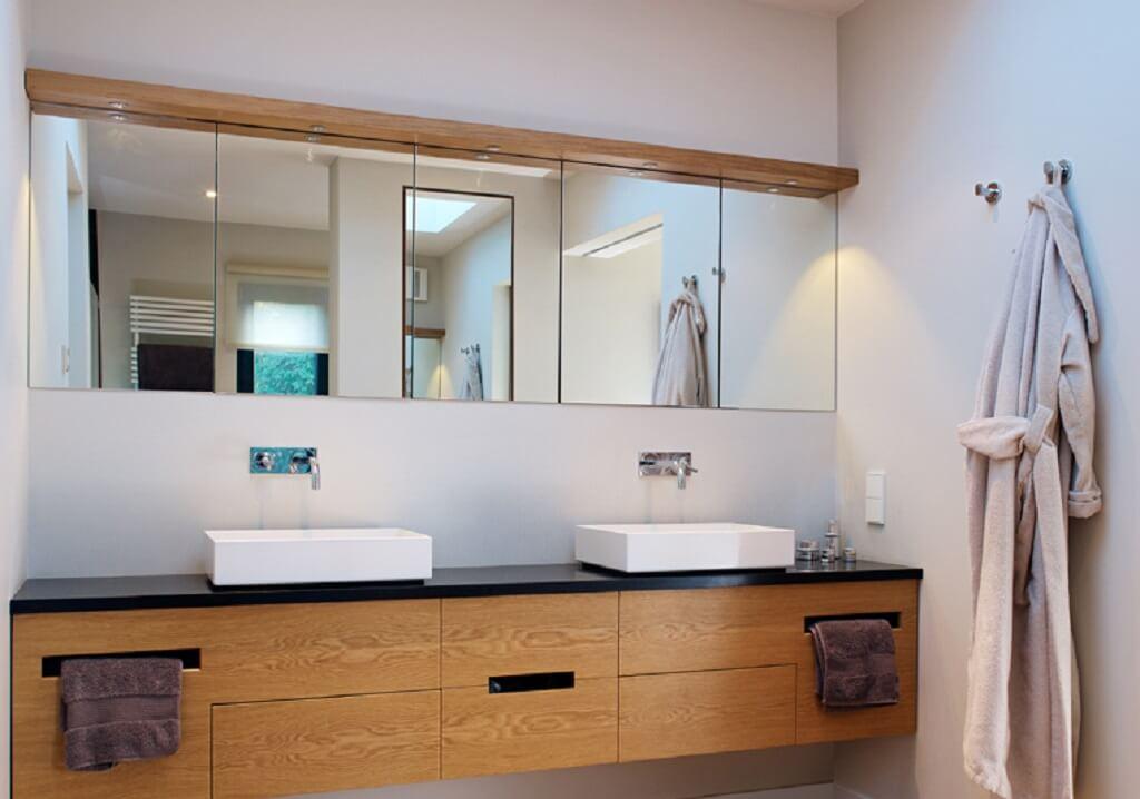 Doppelwaschtisch modern, minimalistisch & rustikal aus Holz - Haus Design Ideen Inneneinrichtung Badezimmer Fertighaus Villa Crichton von Baufritz - HausbauDirekt.de