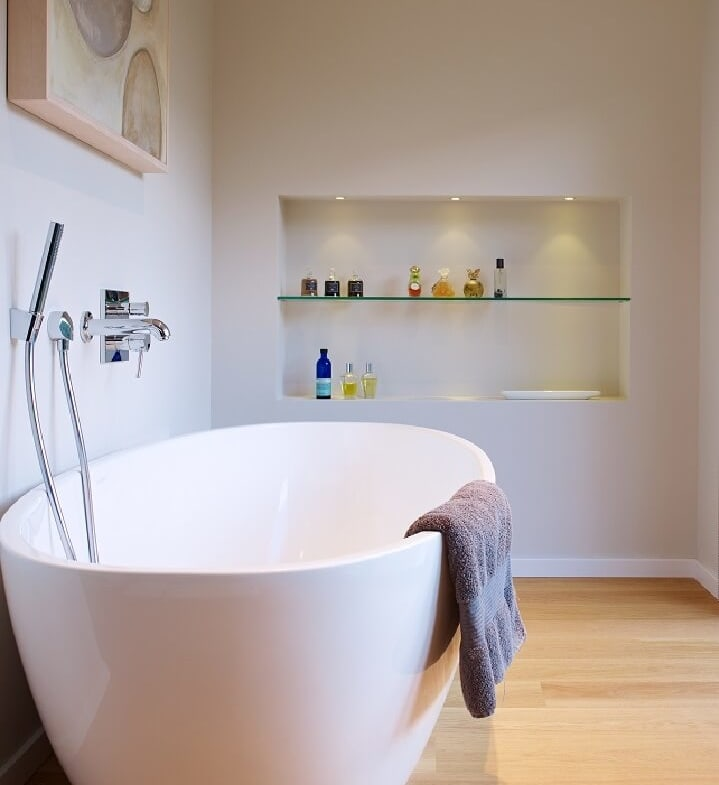 Freistehende Badewanne modern weiss & minimalistisch - Haus Design Ideen Inneneinrichtung Badezimmer Fertighaus Villa Crichton von Baufritz - HausbauDirekt.de