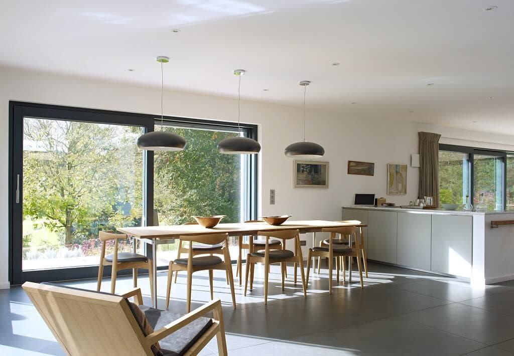 Esszimmer modern minimalistisch mit grossem Esstisch aus Holz - Ideen Inneneinrichtung Luxus Design Haus Villa Crichton von Baufritz - HausbauDirekt.de