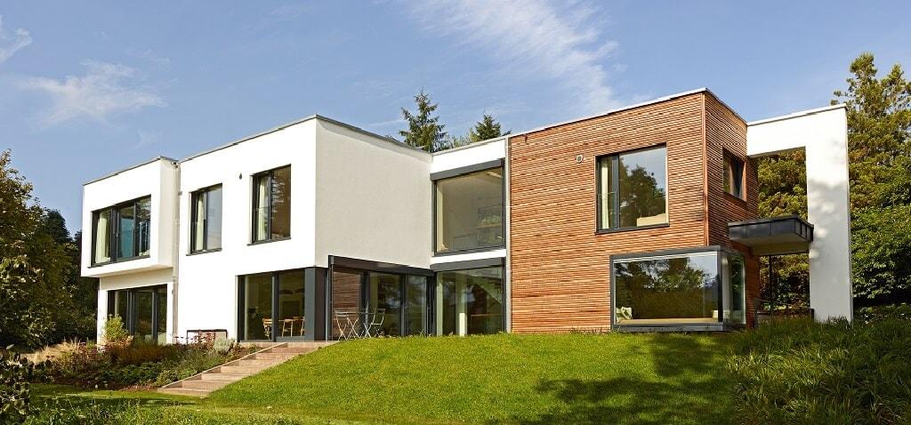Moderne Bauhaus Villa mit Flachdach Architektur & Holz Putz Fassade bauen - Luxus Fertighaus Villa Crichton von Baufritz - HausbauDirekt.de