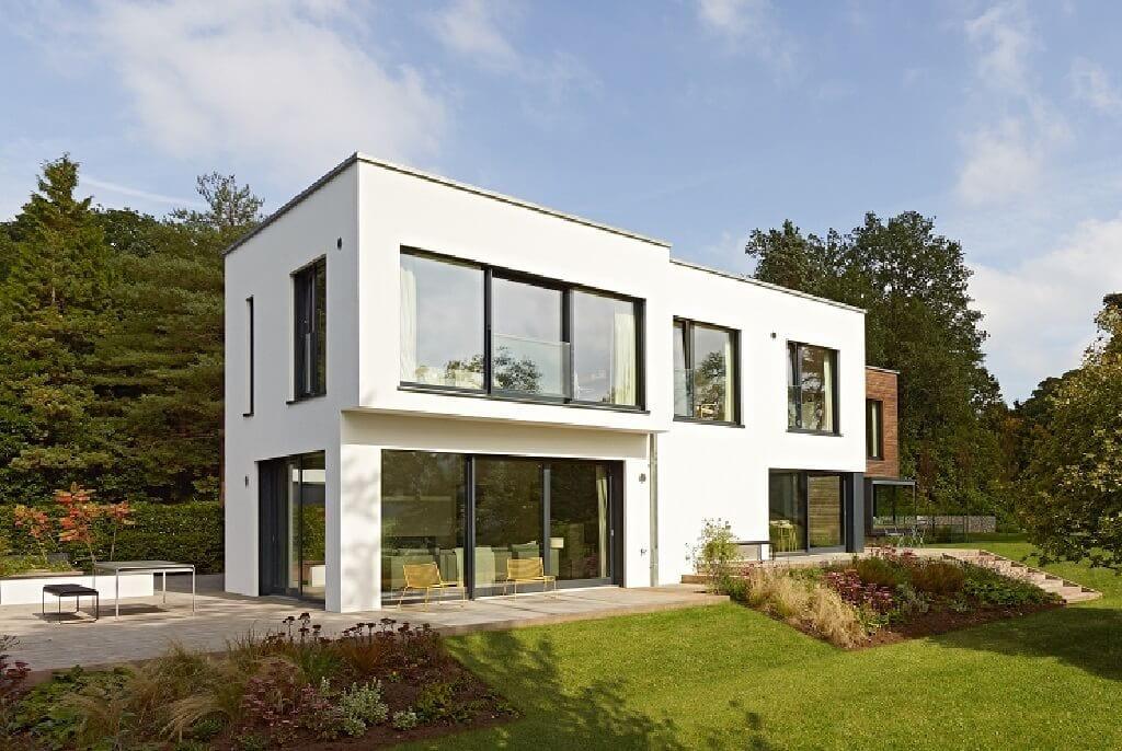 Modernes Haus Design mit Flachdach & Holz Putz Fassade weiss im Bauhausstil - Fertighaus Villa Crichton von Baufritz - HausbauDirekt.de