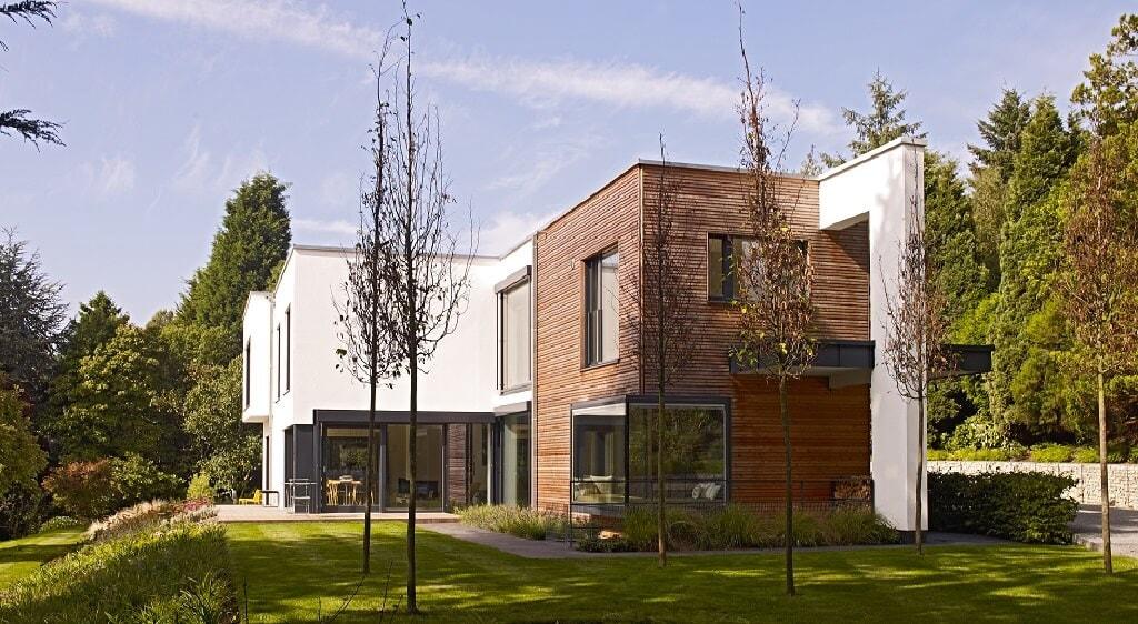 Moderne Bauhaus Villa mit Flachdach & Holz Putz Fassade im Bauhausstil bauen - Luxus Design Haus Villa Crichton von Baufritz - HausbauDirekt.de